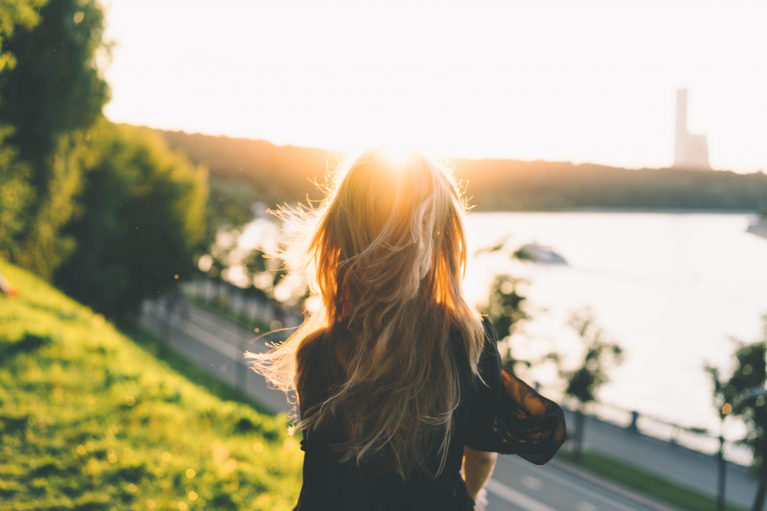 combatir el estrés mujer al sol