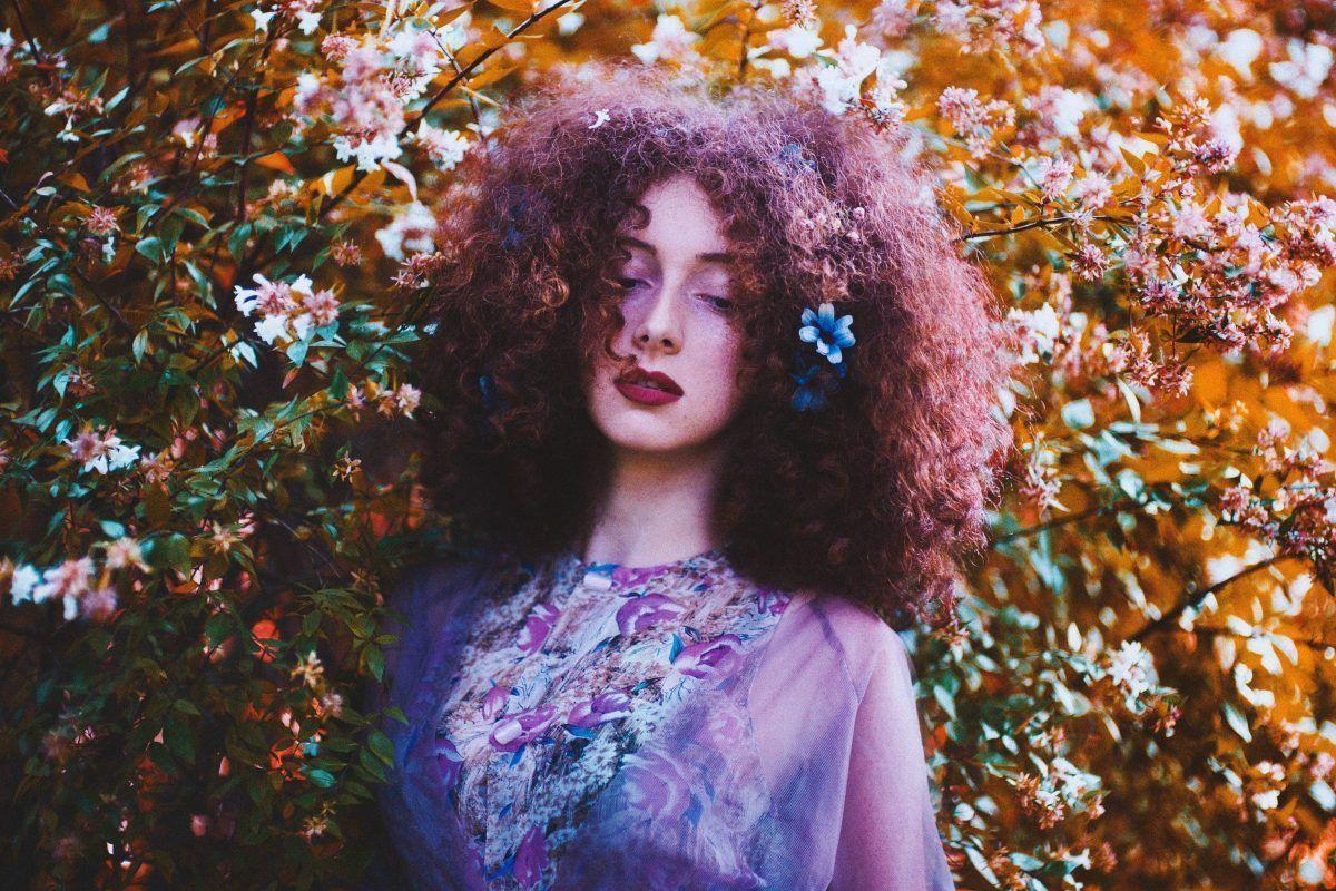 mujer cabello rizado osis curl honey