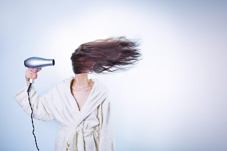 cómo daña el calor el cabello