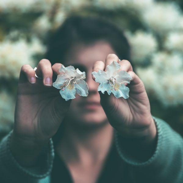 manchas blancas en la piel mujer cara flores