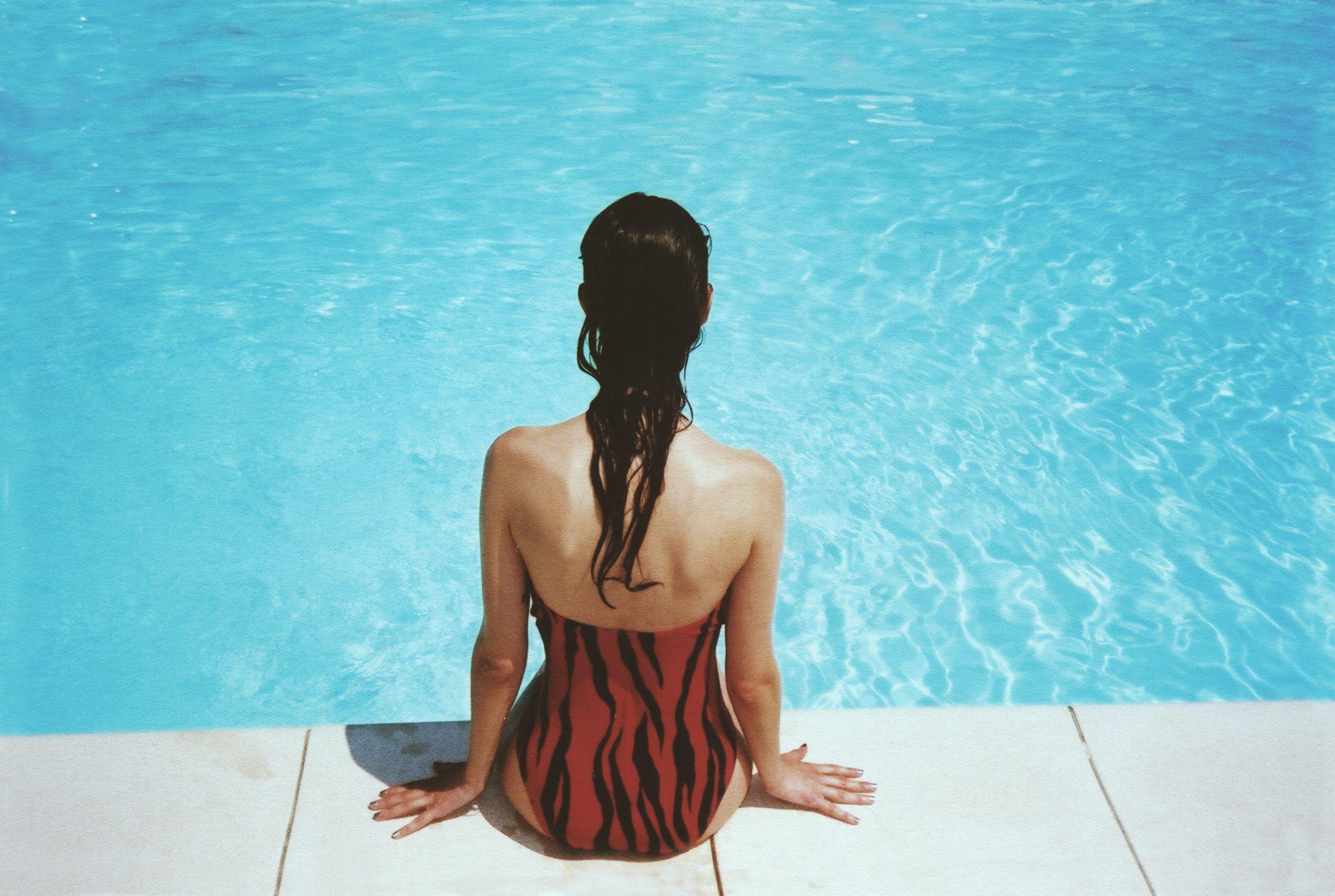 cómo cuidar el cabello teñido en verano piscina
