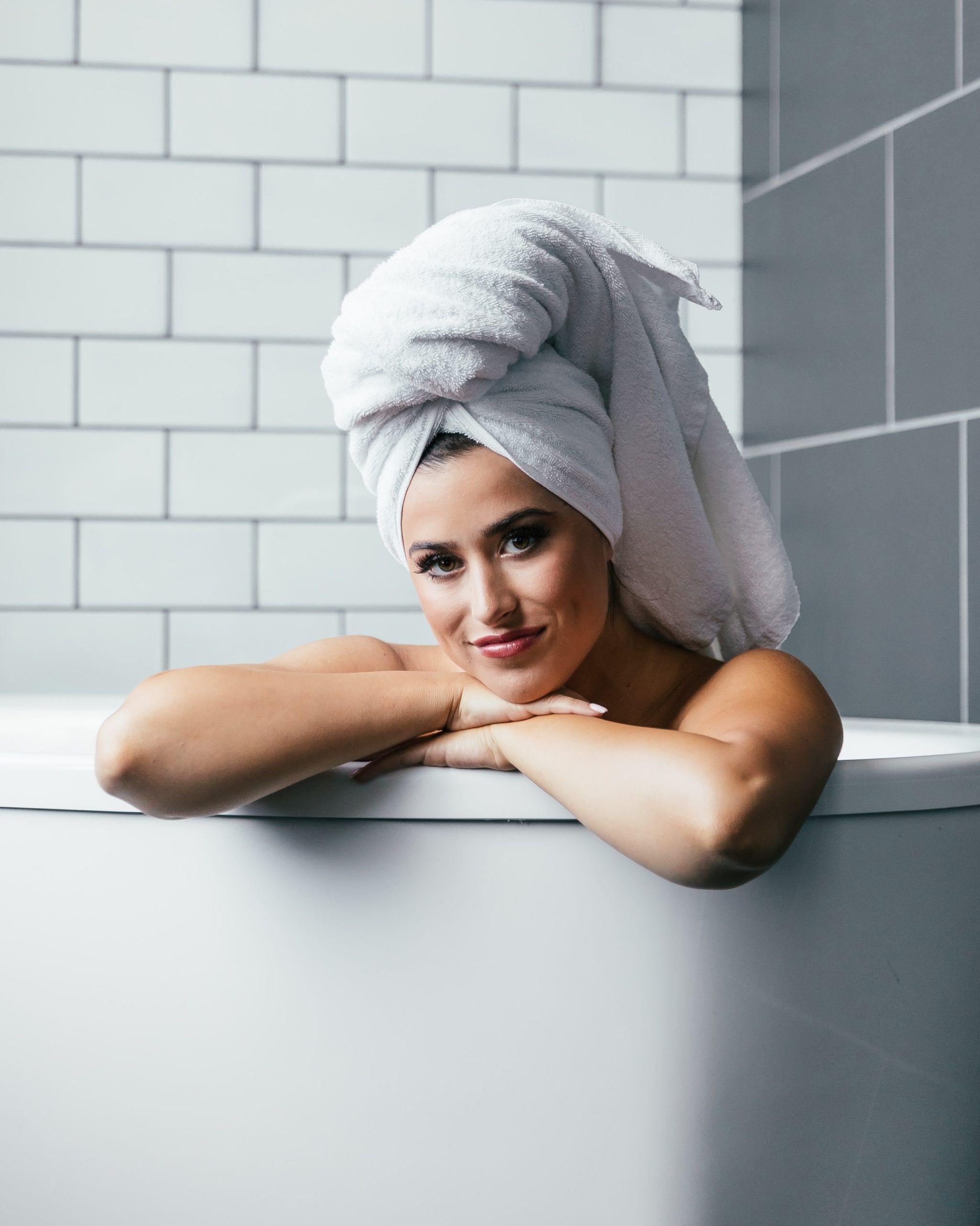 mujer toalla cabello