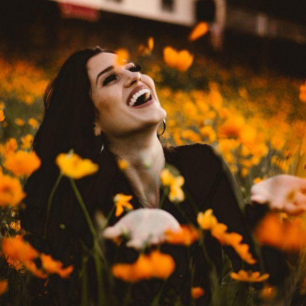 tratamientos faciales no invasivos mujer joven feliz